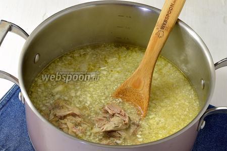 В кастрюлю выложить подготовленную капусту, промытое пшено (3 ст.л.), мясо и варить 12-15 минут.