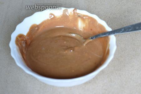 Шоколад (у меня с орехами) (70 г) и оставшуюся сметану (100 г) растапливаем на водяной бане.