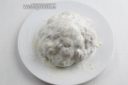 Смазать смесью верх кочана капусты.