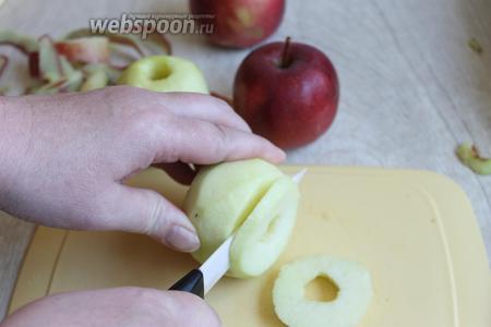 Яблоки чистим, удаляем сердцевину. И нарезаем на кружки. Толщиной 0,5 см.