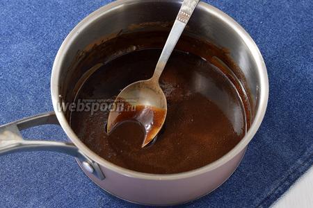 Довести на небольшом огне до кипения и, помешивая, готовить 2-3 минуты. Масса должна в меру загустеть.