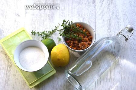 """Для приготовления лимонада из облепихи методом построения в бокале (""""build"""")  потребуется: 200 мл газированной воды, четверть лимона, четверть лайма, несколько веточек тимьяна (в идеале, лимонного), 50 г замороженной облепихи, 50 г сахара, пара столовых ложек воды и лёд. Высокий стакан типа Хайболл, пестик-мадлер и небольшая кастрюля с толстым дном."""