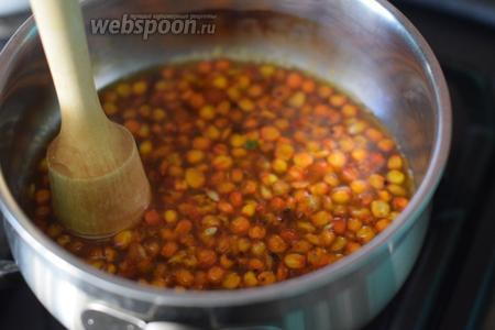 Убавляем огонь до минимума, мадлером или толкушкой разминаем ягоды. Варим сироп до готовности (около 10 минут), постоянно помешивая. Охлаждаем.