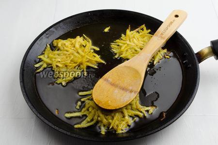 Разогреть масло (3 ст.л.) на сковороде. Выложить горку подготовленного картофеля. Придавить горку ложкой к сковороде. Жарить на среднем огне 1,5 минуты.