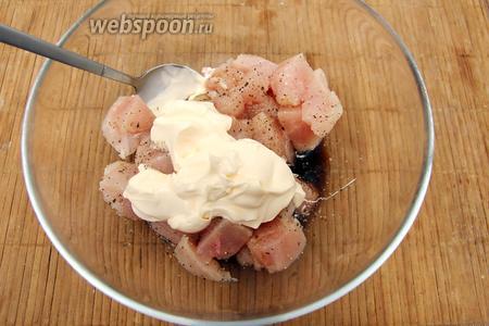 Мясо поперчить, добавить 3 ст.л соевого соуса и 3 ст.л майонеза.