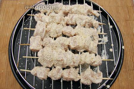 Мясо нанизываем на шпажки. Обильно посыпать кунжутом.