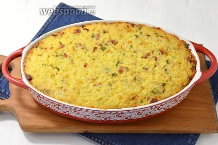 Готовить в предварительно разогретой до 180°С духовке 35 минут. Подавайте запеканку из риса, ветчины и сыра в горячем виде, порезав её на порционные куски.