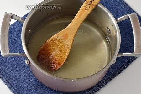 В кастрюльке соединить 5 ст. л. сахара и 100 мл воды. Довести до кипения и проварить 1 минуту. Сахар при этом должен раствориться. Охладить.