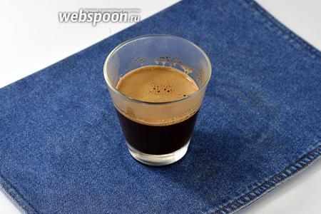 Заварить крепкий кофе из 100 мл воды и 3 ч. л. свежемолотого кофе.