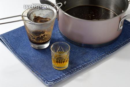 Соединить сахарный сироп, коньяк (2 ст. л.) и процеженный кофе.