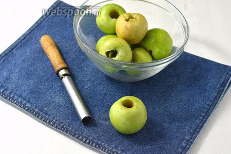 1 кг яблок вымыть и удалить сердцевину.