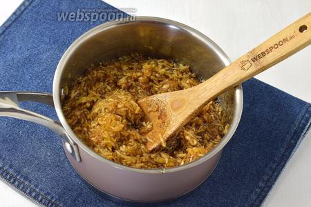 Переложить массу в кастрюлю, довести до кипения, убавить огонь и засечь ровно 5 минут, во время которых варенье должно готовиться.