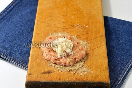 Отрывать кусочки фарша, расплющивая их на ладони. В центре выложить начинку и залепить со всех сторон. Обвалять в панировочных сухарях (всего 6 ст. л. сухарей).
