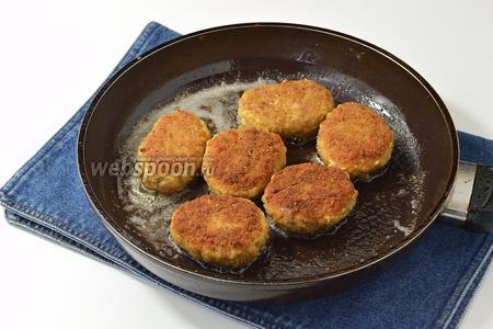 На среднем огне, на сковороде, разогреть 3-4 столовых ложки растительного масла, выложить зразы и готовить по 6-7 минут с каждой стороны. После переворачивания дожаривать зразы под крышкой.