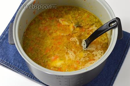 Отправить в чашу мультиварки мясо, 2 лавровых листа, приправить по вкусу солью. Варить до готовности капусты и риса. В конце выложить в чашу картофель и томатный сок (200 мл). Проварить 2 минуты.