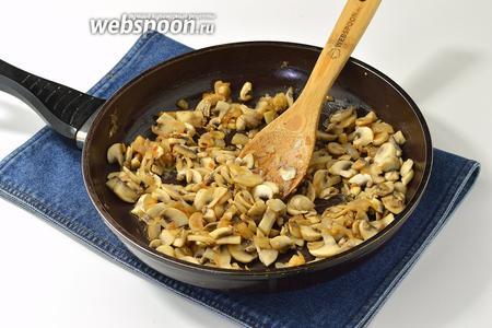 Шампиньоны (400 г) очистить, порезать тонкими пластинами и отправить на сковороду к луку. Жарить, помешивая, до готовности грибов.