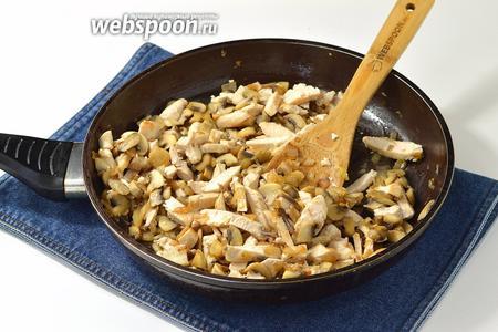 Отправить филе в сковороду к грибам и луку. Приправить солью (1 ч. л.) и перцем (1 г).