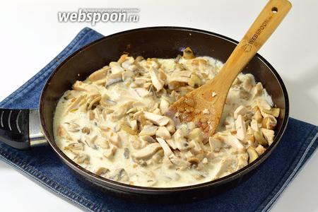 Вылить смесь в сковороду, добавить 40 г сливочного масла и готовить, помешивая, 10-12 минут.