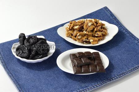 Для работы нам понадобится чёрный шоколад, грецкие орехи, чернослив.
