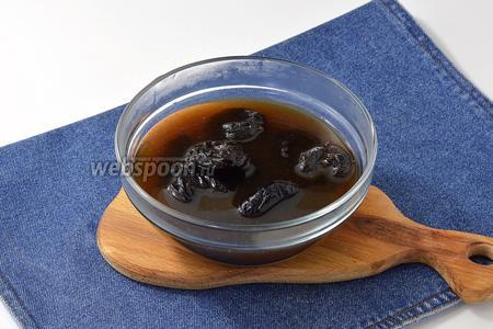 Чернослив (150 г) хорошо распарить в горячей воде (400 мл). Вынуть. Отжать жидкость.