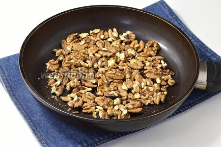 150 г грецких орехов обжарить, помешивая, на сухой сковороде.