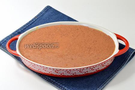 Форму для выпечки щедро смазать сливочным маслом (2 ст. л.) и вылить массу в форму.