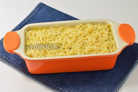 Форму щедро смазать сливочным маслом (2 ст. л.) и выложить в неё смесь для запекания. Сверху посыпать натёртым сыром (75 г).