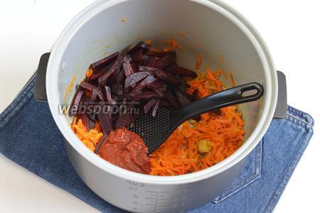 Выложить в овощную смесь 3 столовых ложки томатной пасты и подготовленную свёклу. Готовить ещё 4-5 минут. Вынуть овощи и выложить их в мисочку.