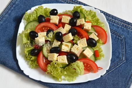 Разложить маслины (50 г), полить салат оливковым маслом (3 ст. л.) приправить лимонным соком (1 ч. л.) и орегано (1 г). Греческий салат с брынзой готов.