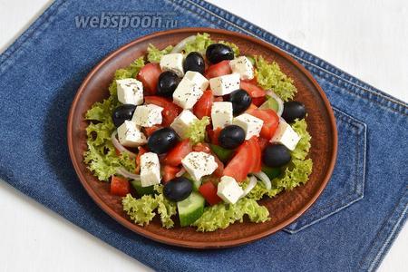 Разложить между овощами маслины (100 г) и Фетаксу. Посыпать Фетаксу орегано (1 г). Полить сверху лимонным соком (1 ч. л.) и оливковым маслом (3 ст. л.). Греческий салат с Фетаксой готов.