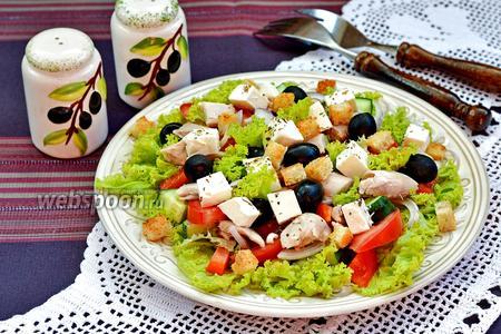 Греческий салат с курицей и сухариками