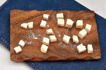 Фетаксу (100 г) порезать кубиками, ее без проблем можно заменить брынзой.