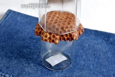Если взять нижнюю посуду немного большего диаметра, а сверху прижать тем же стаканом, то получится корзинка немного другого вида.