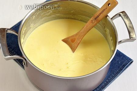 Творожную массу поместить в кастрюлю и нагревать, помешивая, пока смесь не закипит. Проварить 3-4 минуты.