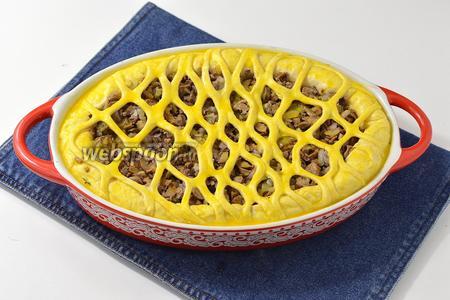 Выложить тесто в форму для запекания, сформировав бортики. Из остатков теста украсить верх пирога. Оставить пирог в тёплом месте на 20 минут. 1 яйцо разболтать и смазать верх пирога.