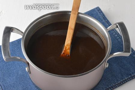 Влить, помешивая, разведённый крахмал тонкой струйкой в отвар чернослива. Довести до кипения и проварить 3 минуты.