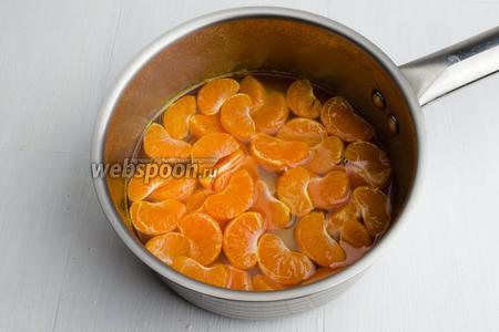 Из воды (100 мл) и сахара (50г) сварить сироп. Опустить в горячий сироп подготовленные дольки мандаринов и варить их в течение 5 минут. Остудить, отбросить их на дуршлаг.