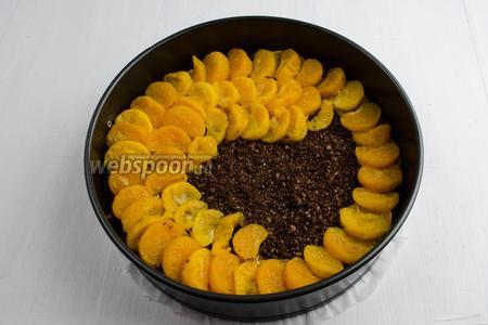На слой шоколадной крошки выложить слой мандариновых долек.
