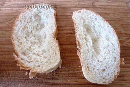 В кусках белого хлеба (2 кусочка) пальцами слегка промять мякиш, сделать углубление.