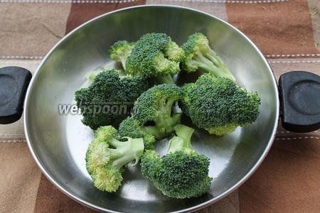 Убираем чеснок и тушим 5 минут соцветия брокколи (240 г).