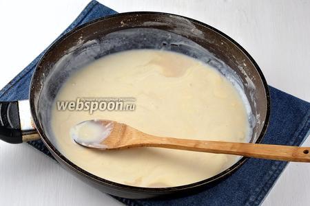 Добавить молоко (100 мл) и хорошо растереть, чтобы не было комочков.