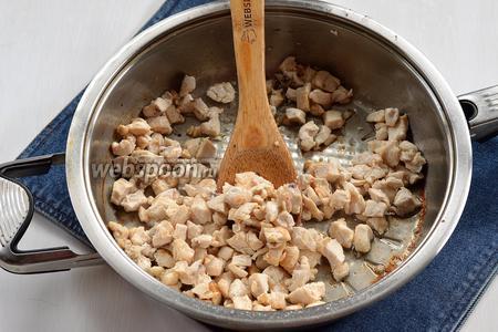 Отдельно обжарить, на части подсолнечного масла,  порезанное мелкими кусочками куриное филе (400 г).