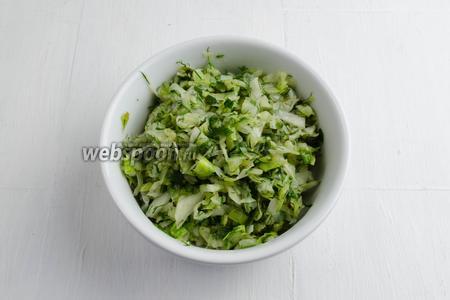 Капусту (300 г) поджарить с луком (3 пера) на подсолнечном масле (1 ст. л.). Добавить соль (1 щепотку) и рубленый укроп (1 пучок). Приготовить капусту.
