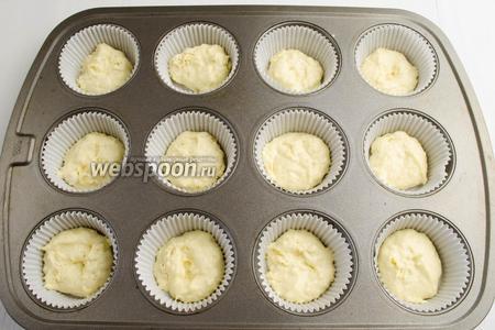 Очень удобно печь булочки из такого теста в формочках. Разложить на дно формочек по 1 ст. л. теста.