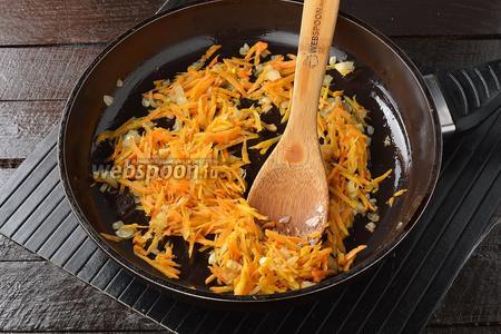 Лук (1 шт.) и морковь (1 шт.) очистить. Морковь натереть на крупной тёрке, а лук мелко нашинковать. Обжарить на растительном масле (2 ст. л.) 3 минуты.