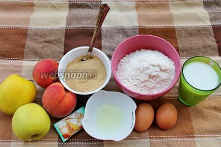 Вам понадобятся яйца, молоко, мука, сахар тростниковый, разрыхлитель, яблоки, персики и лимонный сок.