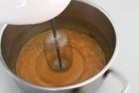 Взбейте 2 яйца комнатной температуры с тростниковым сахаром (200 г), миксером на средней скорости.