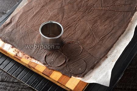 Достать замороженную заготовку и вырезать круги диаметром 3-4 сантиметра.