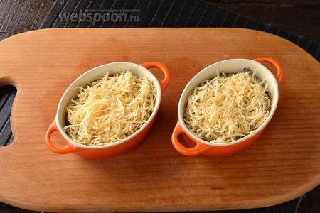 Разложить смесь по порционным формочкам. Посыпать натёртым сыром (100 г).