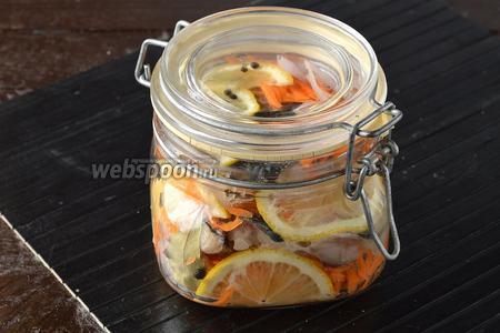 Закрыть плотно крышкой и отправить банку в холодильник на 2-3 дня. При подаче такую сельдь можно полить растительным маслом.